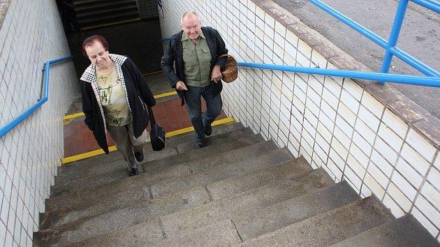 Havířovské vlakové nádraží není přívětivé starším a nemocným lidem, ani cestujícím, stěžkými zavazadly nebo rodičům skočárky.