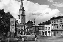 Dobový pohled na kostel z náměstí.