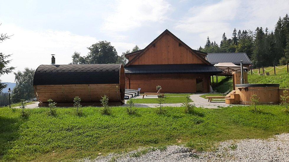 Kolářova chata na Slavíči šla k zemi. Majitel ji nechal kvůli napadení dřevomorkou zbourat. Vedle ní majitel už dříve postavil nový ubytovací objekt i s wellness částí.