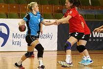 Veronika Koniuchová (u míče) je střeleckou oporou Karviné. Na body to tentokrát nestačilo.