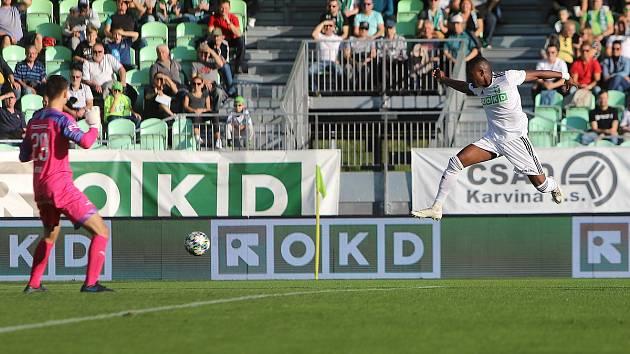Karvinští fotbalisté (v bílém) proti Slovácku.