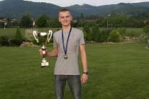Talentovaný pětibojař Marek Grycz s trofejí.