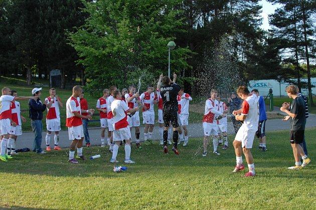 Dokázali to! Orlovští fotbalisté slaví postup do MSFL.