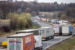 Kolona kamionů na hraničním přechodu mezi Českou republikou a Polskem v Českém Těšíně.