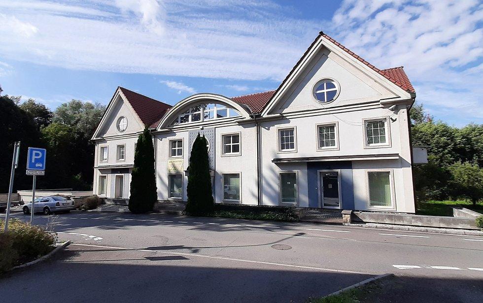 Prostřední Suchá. Objekty v původní části obce slouží dnes převážně firmám a podnikatelům. Bývalá pošta.