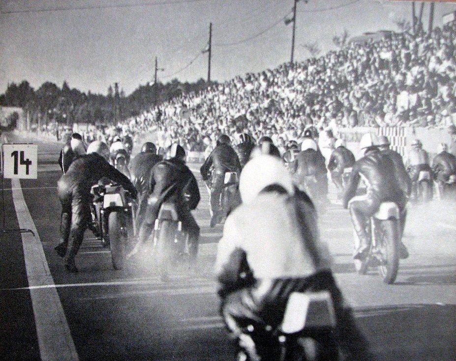 Start populárního motocyklového závodu o Hornický kahanec v roce 1973.