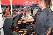 Letní koupaliště v Havířově. Lidé si mohou koupit i speciality na grilu.