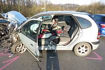 Následky střetu dvou osobních automobilů v Těrlicku.