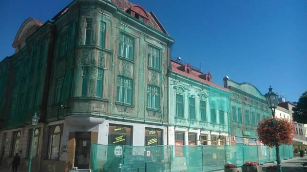 Tři historické domy na Masarykově náměstí v Karviné.