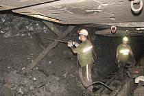 Pracující horníky i drahé zařízení chrání mohutné výztuže. Po jejich posunutí se za nimi vše bortí. Dochází k propadům nadloží, vniká v něm napětí a následně otřesy.