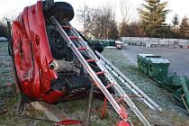 Nehoda na náledí. Řidička vjela do plotu Technických služeb na Karvinské ulici.