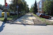 Nedokončené chodníky s cyklostezkou podél Dlouhé třídy v Havířově 4. července 2018. Hotovo mělo být 22. května. Některé značky jsou instalovány obráceně.