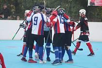 Karvinští hokejbalisté (v nových bílých dresech) porazili Dobřany.