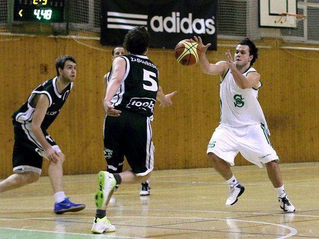 Basketbalisté Karviné (v bílém) zvládli víkend proti těžkým soupeřům z Brna.