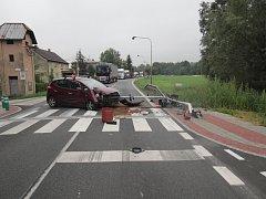 Naštěstí bez zranění se obešla čtvrteční ranní nehoda, při které řidič zboural i semafor v karvinských Loukách.