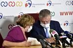 Krajská hygienička Pavla Svrčinová a hejtman Moravskoslezského kraje Ivo Vondrák, dvě hlavní postavy posledních dní v našem kraji. Ten chce teď v nemocnicích infekční oddělení.