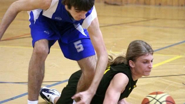 Basketbaloví kadeti Karviné útočí na první čtyřku.