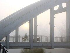 Historický most v Darkově v ranním mlžném oparu plném prachu.