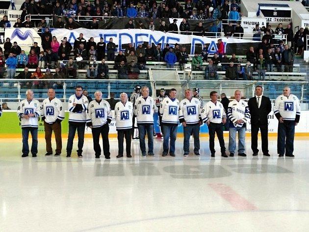Legendy na ledě. Bývalí hráči Havířova se seřadili před slavnostním zápasem. Milan Stonavský zcela vpravo.