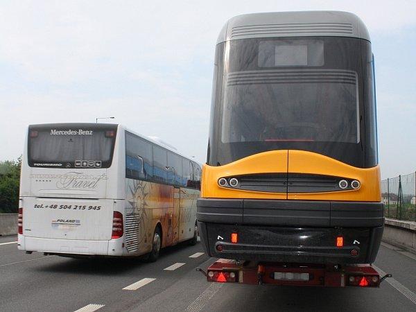 Polský kamion vezoucí tramvaj nedaleko přejezdu do Polské republiky vobci Chotěbuz.