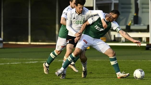 Fotbalistům Karviné (v bílém Christán Herc) se nevedlo a prohráli v Jablonci jasně 0:3.