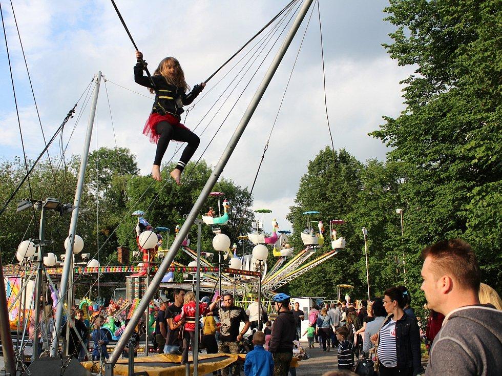 Stovky návštěvníků Karvinských oslav neodradil ani sobotní déšť.