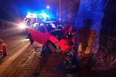 Po nárazu do stromu zůstal řidič zaklíněný ve voze, odkud jej vysvobodili až přivolaní hasiči.