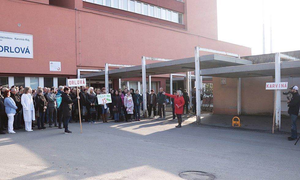 Orlovští zdravotníci se v úterý odpoledne sešlo před svým špitálem a dávali zde najevo svůj názor na plánovaný přesun lůžkových oddělení do karvinské nemocnice.