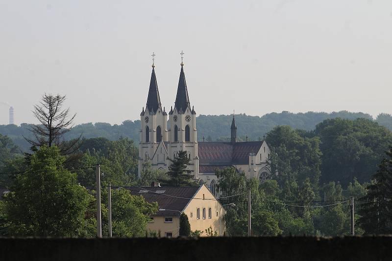 Orlová-Město. Pohled na kostel od hřbitova.