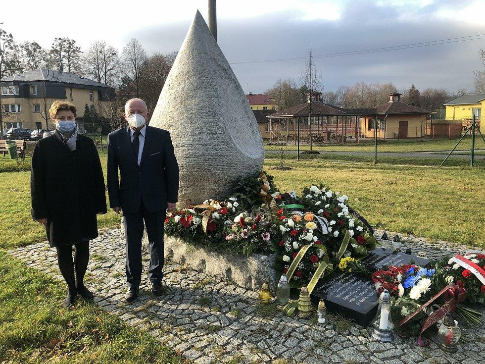 Ve Stonavě se v neděli konala komorní připomínka důlního neštěstí, k němuž došlo v roce 2018 na Dole ČSM. Zahynulo tehdy 12 polských a jeden český horník.  na snímku starosta obce a senátor Ondřej Feber a polská konzulka Izabella Wołłejko Chwastowicz.