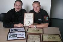 Strážníci Lukáš Balicki (vlevo) a Michael Rumpel jsou dobří střelci.