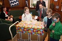 Děti se zrakovým postižením dostaly dárky, které jim pomohou cvičit.
