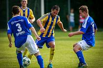 Bohumínští fotbalisté (ve žlutém) si ve Vrbici poradili s Dolním Benešovem a v poháru jdou dál.