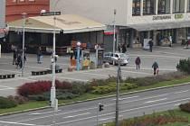 Lidé pomohli dopadnout muže prchajícího policejní hlídce.