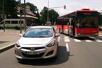 Nehoda autobusu s osobním automobilem zablokoval průjezd městem.