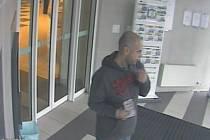 Policisté pátrají po muži, který vybral peníze z bankomatu přes ukradenou kartu.