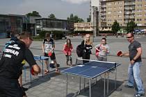 Olympijský park v Havířově. Ivan Karabec si návštěvníky zahrál stolní tenis.