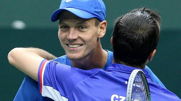 Čeští tenisté Tomáš Berdych a Radek Štěpánek získali pro tým druhý bod.