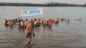 Otužilci se ponořili do vln Kališova jezera