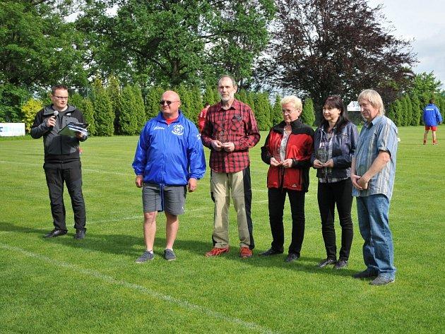 Současný předseda klubu Marcel Tovaly (v modrém) předával ocenění osobnostem žukovské kopané.