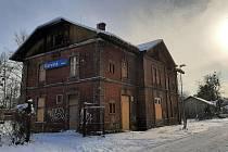 Chátrající budova vlakového nádraží v Karviné-Novém Městě.
