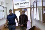 Justiční stráž přivádí k soudu Rostislava Šafratu z Bohumína. Souzen byl za výrobu pornografie, ohrožování mravní východy dětí, znásilnění a další sexuálně motivované činy.