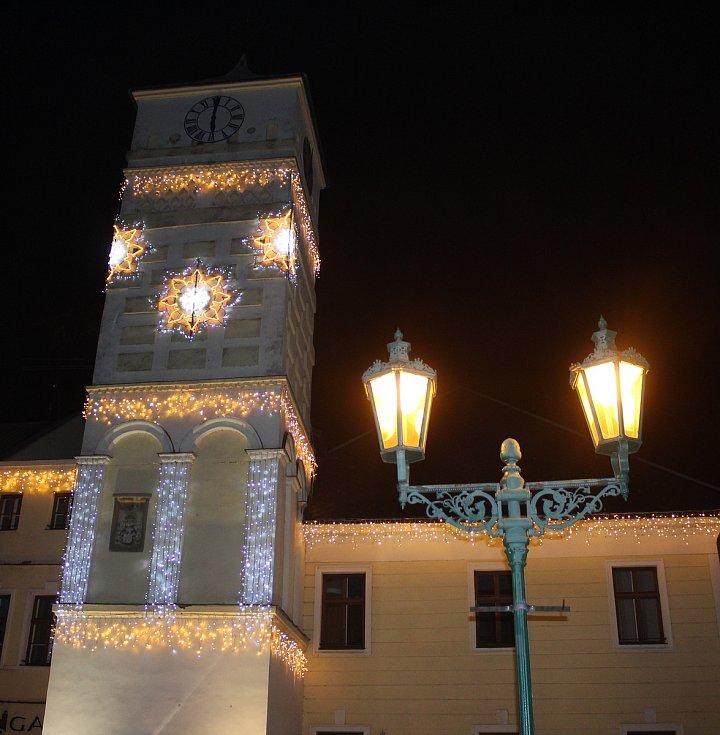 Vánoční výzdoba na Masarykově náměstí v Karviné. Osvětlená věž radnice.