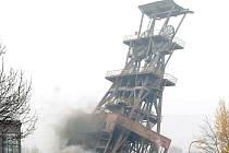 PÁD VĚŽE VE TŘECH OBRAZECH. Včera kolem třinácté hodiny odstřelili pyrotechnici starou těžní věž Doubrava II.