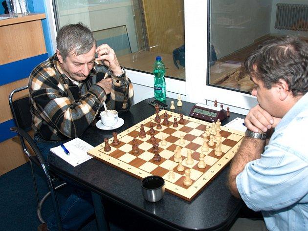 Josef Lys (vlevo) zvítězil v Polabinách nad Josefem Kocourkem a přispěl k výraznému vítězství Karviné.