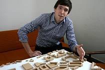 Mladý architekt Adam Jursa s jedním ze svých projektů.