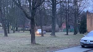Automobil uvízl na trávníku