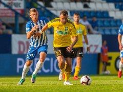 Lukáš Budínský (ve žlutém) nemůže být s úvodními vystoupeními Karviné v lize spokojen.