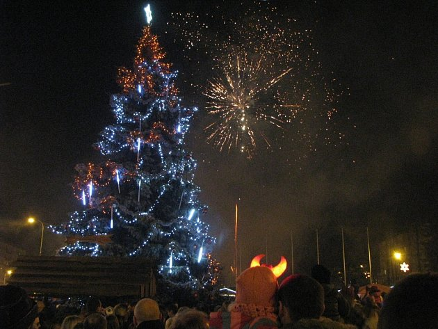 Rozsvícení vánočního stromu doprovodil ohňostroj.