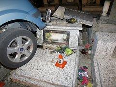 Až na hroby vjel ford, jehož opilý šofér nezvládl řízení.